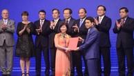 Chủ tịch UBND TP Hà Nội Nguyễn Đức Chung trao Biên bản ghi nhớ đầu tư vào ngành đường sắt trị giá 100.000 tỷ đồng cho đại diện Vingroup