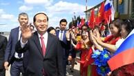 Chủ tịch nước Trần Đại Quang và Phu nhân gặp gỡ kiều bào tại sân bay Vnukovo. Ảnh: Nhan Sáng - TTXVN