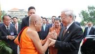Tiếp tục chương trình chuyến thăm cấp Nhà nước Vương quốc Campuchia , sáng 21/7/2017, tại Chùa Unalom ở Thủ đô Phnom Penh, Tổng Bí thư Nguyễn Phú Trọng thăm Đại Tăng thống Tep Vong. Ảnh: TTXVN