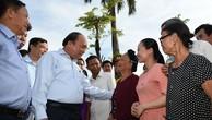 Thủ tướng thăm hỏi bà con nhân dân xã Tượng Sơn, huyện Thạch Hà, tỉnh Hà Tĩnh. Ảnh: VGP