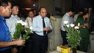 Thủ tướng dâng hương tại mộ của 10 cô gái hy sinh tại Ngã ba Đồng Lộc. Ảnh: VGP