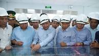Thủ tướng thị sát sơ đồ tổng thể khu xử lý môi trường Formosa. Ảnh: VGP