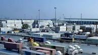 """Doanh nghiệp """"đau đầu"""" khi hàng trăm container hạt điều nguyên liệu ách tắc ở cảng Cát Lái. Ảnh minh họa: TTXVN"""