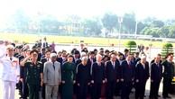 Các đồng chí lãnh đạo Đảng, Nhà nước, MTTQ Việt Nam vào Lăng viếng Chủ tịch Hồ Chí Minh. Ảnh: VGP