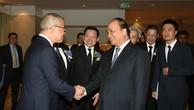 Thủ tướng chào mừng lãnh đạo các tập đoàn hàng đầu Thái Lan. Ảnh: VGP