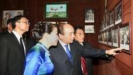 Thủ tướng và Phu nhân xem những hình ảnh về Bác Hồ được trưng bày trong Khu tưởng niệm. Ảnh: VGP