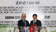 Thứ trưởng Bộ Nông nghiệp và Phát triển Nông thôn Việt Nam Lê Quốc Doanh và Tổng Giám đốc Chương trình Quốc gia ACIAR, tiến sĩ Peter Horne thực hiện nghi thức ký kết hợp tác. Ảnh: TTXVN