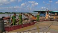 Công an huyện Gia Bình bắt giữ, kiểm tra hai tầu khai thác cát trái phép trên sông Thái Bình. Ảnh: TTXVN