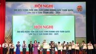 Trưởng Ban Dân vận Trung ương Trương Thị Mai và Phó Chủ tịch nước Đặng Thị Ngọc Thịnh trao Huân chương Lao động hạng Ba cho các nông dân giỏi. Ảnh: VGP