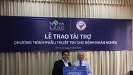 Đại diện Tập đoàn Novaland trao tặng số tiền 875 triệu đồng cho Hội Bảo trợ bệnh nhân nghèo TP.HCM.