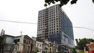 Tòa nhà 8B Lê Trực, một trong những công trình tồn đọng vi phạm trật tư xây dựng ở Hà Nội. Ảnh: Tuổi trẻ