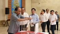 Thủ tướng Nguyễn Xuân Phúc và các Phó Thủ tướng: Trương Hòa Bình, Phạm Bình Minh, Vũ Đức Đam, Trịnh Đình Dũng ủng hộ đồng bào các tỉnh miền Trung khắc phục hậu quả bão số 10. Ảnh: VGP
