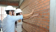 Khách hàng rất hứng khởi khi được nghe giải thích về quy chuẩn xây dựng.