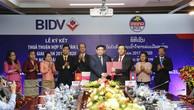 Ông Phan Đức Tú - TGĐ BIDV (bên trái) và Ông Phoukhong Chanthachack - TGĐ BCEL đại diện hai ngân hàng ký Thỏa thuận hợp tác toàn diện.