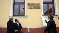 Phó Thủ tướng Vương Đình Huệ khai trương biển đồng lưu niệm đặt tại nơi Chủ tịch Hồ Chí Minh tới thăm thị trấn Horne Saliby, Slovakia ngày 18/7/1957. Ảnh: VGP