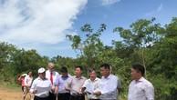 Các chuyên gia của Việt Nam và WB kiểm tra điểm lắp đặt các trạm đo bức xạ mặt trời. - Ảnh: VGP