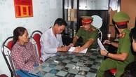 Cơ quan Cảnh sát điều tra bắt giam Nguyễn Văn Ri (áo trắng). Ảnh báo Bình Định
