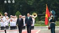 Thủ tướng Nguyễn Xuân Phúc và Thủ tướng Hungary Orbán Viktor duyệt đội danh dự - Ảnh: VGP