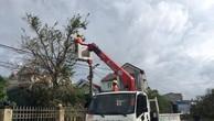 Công nhân Điện lực Hà Tĩnh đang xử lý sự cố sau bão số 10. Ảnh: Bnews