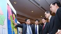 Bộ trưởng Bộ KH&ĐT Nguyễn Chí Dũng giới thiệu với Bộ trưởng Bộ Công Thương Singapore Lim Hng Kiang  về các tiềm năng, lợi thế của Quảng Trị. Ảnh: Lê Tiên