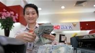 Giao dịch ngoại tệ tại Ngân hàng TMCP Phát triển Nhà Thành phố Hồ Chí Minh (HDBank). Ảnh: TTXVN