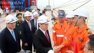 Phó Thủ tướng Vương Đình Huệ chúc mừng thủy thủ đoàn tàu 63.000 tấn cập cảng.