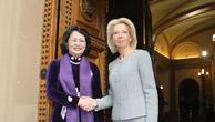 Phó Chủ tịch nước Đặng Thị Ngọc Thịnh và Chủ tịch Quốc hội Latvia Inara Munierce. Ảnh: TTXVN