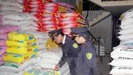 Lực lượng chức năng kiểm tra một cửa hàng đại lý, kinh doanh thuốc thú y, kinh doanh thức ăn chăn nuôi. Ảnh: TTXVN