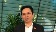 Đại biểu Hoàng Văn Cường (đoàn Hà Nội) trao đổi với phóng viên Báo Đấu thầu bên lề hành lang Quốc hội. Ảnh: Trần Tuyết