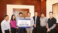 Ông Từ Văn Phước - CTHĐQT trao tặng 1 kg vàng 9999 nhằm hỗ trợ các công tác cứu trợ.