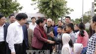 Chủ tịch Quốc hội Nguyễn Thị Kim Ngân thăm hỏi người dân xóm Sen 3, xã Kim Liên, huyện Nam Đàn. Ảnh: TTXVN.
