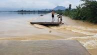 """Sau đợt mưa lũ, nhiều đê ở các huyện ngoại thành Hà Nội bị """"đe doạ"""". Ảnh: VOV"""