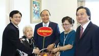Thủ tướng Nguyễn Xuân Phúc thăm Nhà giáo Nhân dân, Nghệ sỹ Ưu tú Thái Thị Liên - Ảnh: VGP