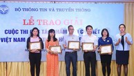 Tác giả Liên Hương, Báo Đấu thầu (thứ 2 từ bên phải) nhận giải thưởng. Ảnh: Quang Quyết