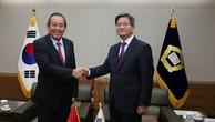 Phó Thủ tướng Trương Hòa Bình hội kiến Chánh án Tòa án Tối cao Hàn Quốc Kim Myung-soo. Ảnh: VGP