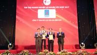 Ban Tổ chức trao chứng nhận doanh nghiệp lợi nhuận tốt nhất 2017 cho Công ty Lọc hóa dầu Bình Sơn.