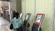 Hành khách mua vé tự động tại cga Hà Nội. Ảnh BNEWS