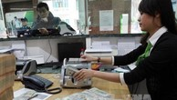 Khách hàng giao dịch tại Hội sở Ngân hàng TMCP Ngoại Thương Việt Nam. Ảnh: TTXVN