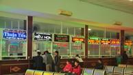 Hành khách mua vé ở bến xe Đà Nẵng