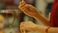 Vàng SJC tăng vọt, thấp hơn giá thế giới gần 1 triệu đồng/lượng