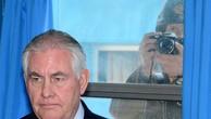 Một binh sĩ Triều Tiên chụp ảnh Ngoại trưởng Mỹ Tillerson thăm làng đình chiến Panmunjom (Bàn Môn Điếm) ở khu phi quân sự liên Triều hôm 17/3. Ảnh:Reuters