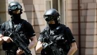 Cảnh sát có vũ trang đứng ngoài một căn hộ gần nơi một người đàn ông bị bắt tại Manchester sau vụ đánh bom. Ảnh:Reuters