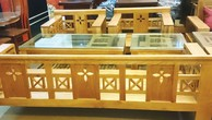 Bên mời thầu yêu cầu 40 bộ bàn ghế bằng gỗ mít hoặc gỗ lim nhưng nhà thầu chào bàn ghế làm bằng gỗ Acasias. Ảnh: Hà Anh