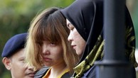 Cảnh sát áp giải Đoàn Thị Hương rời phiên tòa ở Sepang, Malaysia, ngày 1/3. Ảnh:AP.