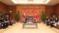 Chủ tịch Quốc hội Nguyễn Thị Kim Ngân tiếp Chủ tịch Quốc hội Vương quốc Campuchia Heng Samrin. (Ảnh: Trọng Đức/TTXVN)