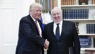 Tổng thống Donald Trump bắt tay Đại sứ Nga tại Mỹ Sergey Kislyak tại Nhà Trắng (Ảnh: TASS)