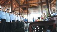 Đoàn công tác của Bộ Kế hoạch và Đầu tư dâng hương tưởng niệm các anh hùng liệt sĩ tại Quảng Trị. Ảnh: Lê Tiên