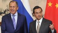 Ngoại trưởng Trung Quốc Vương Nghị (phải) và người đồng cấp Nga Sergey Lavrov. Ảnh:Reuters.