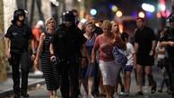Cảnh sát hộ tống người dân rời khỏi hiện trường vụ lao xe ởLas Ramblas, trung tâm thành phố Barcelona, Tây Ban Nha. Ảnh:AFP.