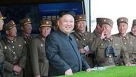 Nhà lãnh đạo Triều Tiên Kim Jong-un cùng các quan chức quân đội. Ảnh:Reuters/KCNA.